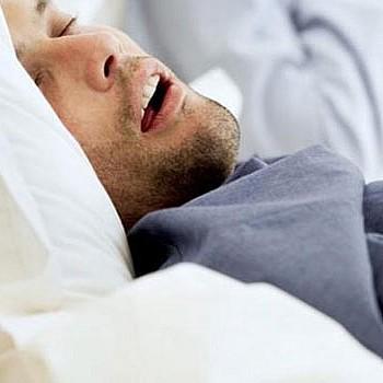Υπνική άπνοια: Πώς να μειώσετε τον κίνδυνο στο μισό με δύο απλές κινήσεις
