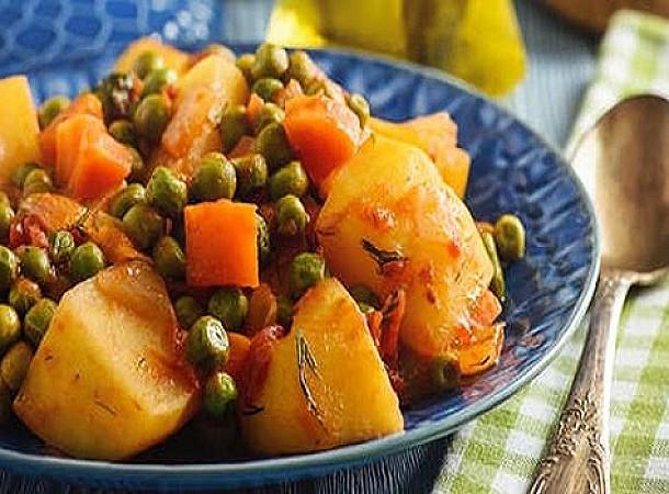 Αρακάς κοκκινιστός με πατάτες