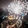 Καλή Χρονιά! Υπό βροχή υποδέχθηκε η Αθήνα το 2019. Πυροτεχνήματα και κέφι στη Θεσσαλονίκη