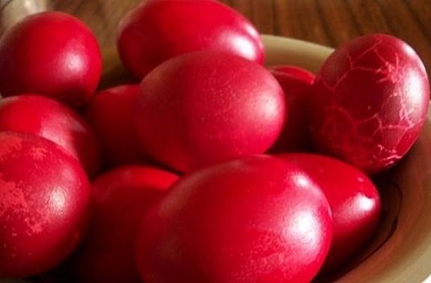 Πως να βάψετε τα πασχαλινά αυγά και να μη σπάσουν