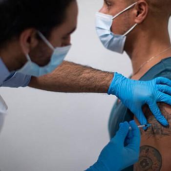 Κορονοϊός: Ποια είναι τα πιθανά συμπτώματα μετά το εμβόλιο της Pfizer και της AstraZeneca