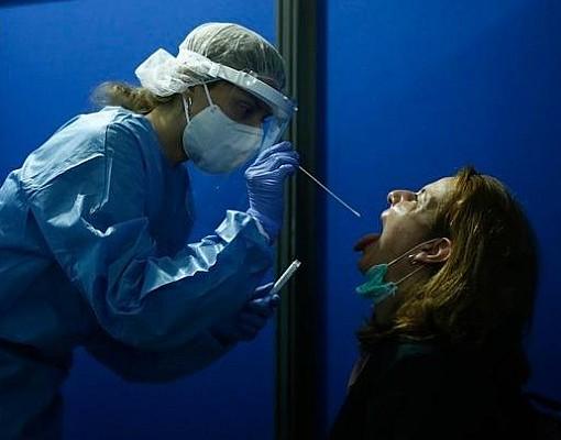 Τι γίνεται αν προσβληθούμε από κορονοϊό ανάμεσα στις δύο δόσεις εμβολίου