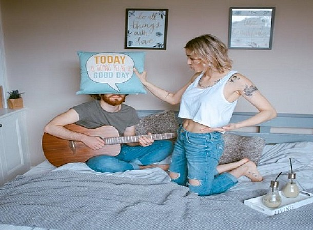 Διαζύγιο ύπνου: Η νέα τάση στις σχέσεις που έχει γίνει της μόδας