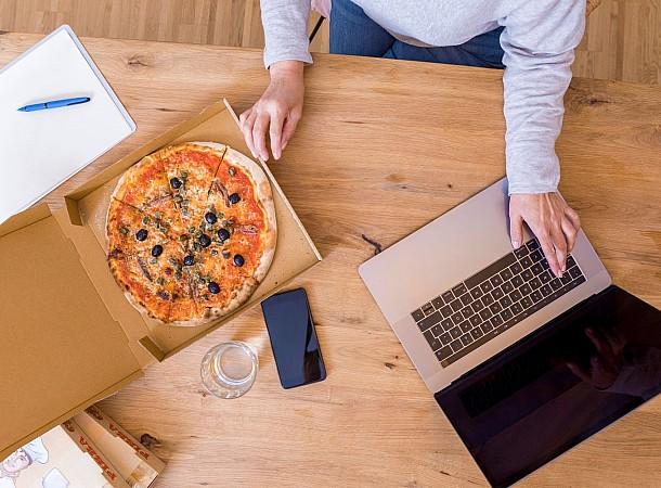 Πώς θα αποτρέψεις την υπερκατανάλωση τροφής όσο δουλεύεις από το σπίτι;