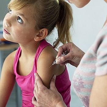 Εμβολιασμός παιδιών: Οι κατασκηνώσεις δείχνουν τι μπορεί να συμβεί στα σχολεία – Εξηγεί ο Μαζάνης