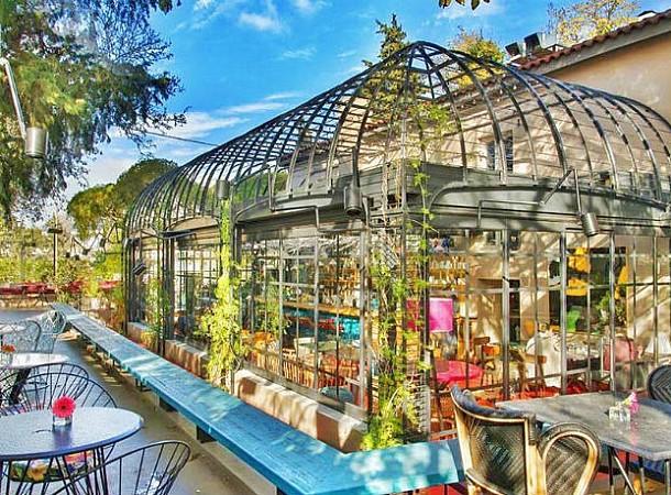 Τρώμε πρωινό σε υπέροχες αυλές της Αθήνας