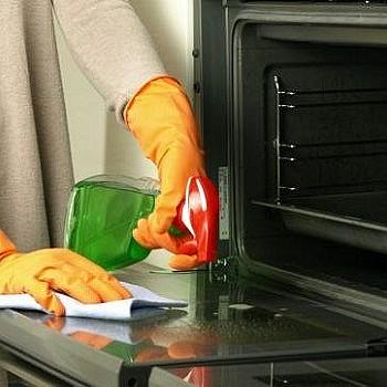 Έτσι θα καθαρίσετε τέλεια ανάμεσα στο διπλό τζάμι του φούρνου