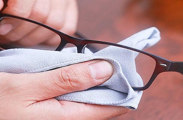 Πώς να αφαιρέσετε τις γρατζουνιές από τα γυαλιά σας
