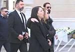 Καταρρακωμένη η Αλίκη Κατσαβού λίγο πριν την κηδεία του Κώστα Βουτσά