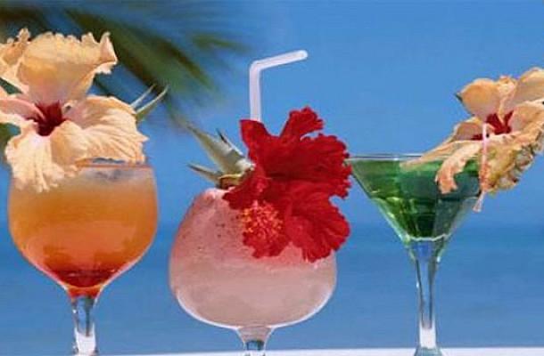 Καλοκαιρινά ποτά και cocktails: Ποιο έχει τις περισσότερες θερμίδες;