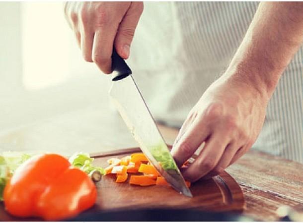 Ασφάλεια τροφίμων: Τα λάθη που κάνουν πολλοί με το φαγητό και κινδυνεύουν