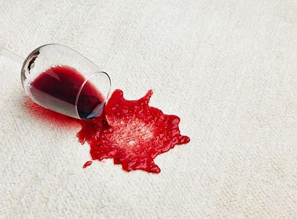 Χύθηκε κόκκινο κρασί; Τα μυστικά για να το αφαιρέσετε εύκολα
