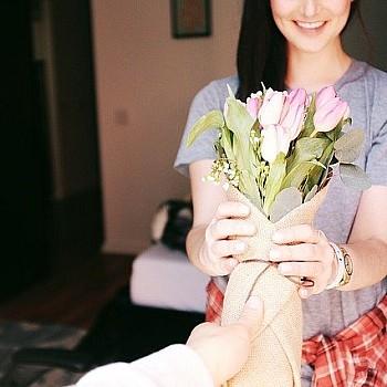 Δες τι σκέφτεται για σένα βάσει των λουλουδιών που σου προσφέρει