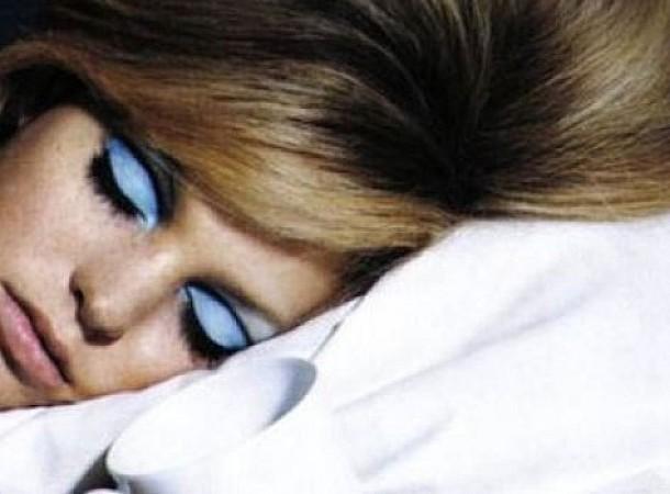 Τι γίνεται όταν δεν βγάζετε το μακιγιάζ πριν τον ύπνο