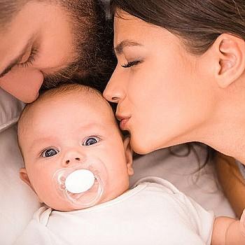 Κοιμίζετε το μωρό στο κρεβάτι σας; Δείτε από τι κινδυνεύει