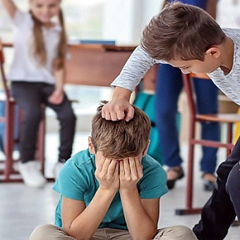 Πώς να εκπαιδεύσετε το παιδί σας να αντιδρά σωστά όταν βλέπει ότι ένα άλλο παιδί δέχεται μπούλινγκ