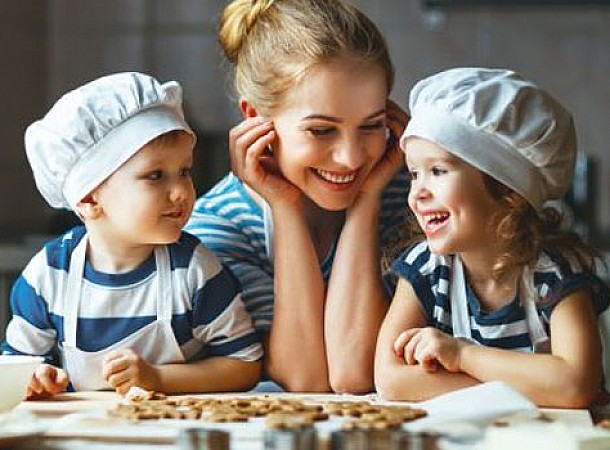 Μένουμε σπίτι και διασκεδάζουμε μαγειρεύοντας με τα παιδιά μας