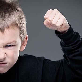 Το παιδί σήκωσε χέρι πάνω σας: Οι κατάλληλοι τρόποι να αντιδράσετε