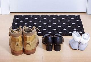 Μπορεί ο κορονοϊός να επιβιώσει πάνω στα παπούτσια;