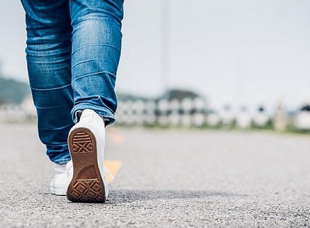 Η κίνηση που πρέπει να κάνεις όταν περπατάς στο δρόμο και νιώσεις απειλή