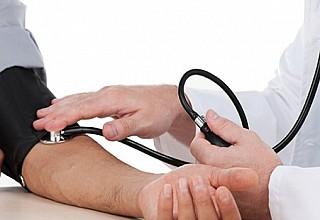 Υψηλή πίεση και χοληστερίνη πριν τα 40: Πόσο αυξάνουν τον κίνδυνο στεφανιαίας νόσου