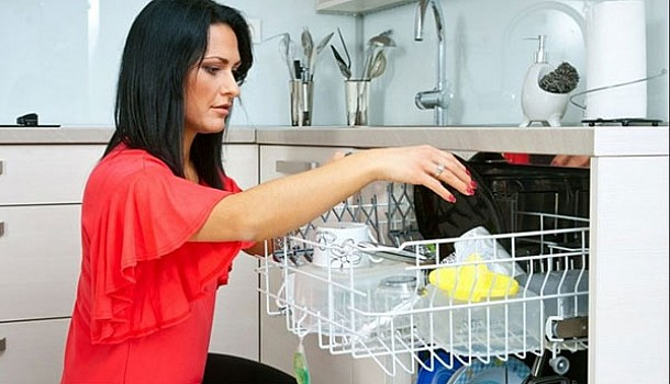 Πώς να διώξετε γρήγορα τις άσχημες μυρωδιές από το πλυντήριο πιάτων
