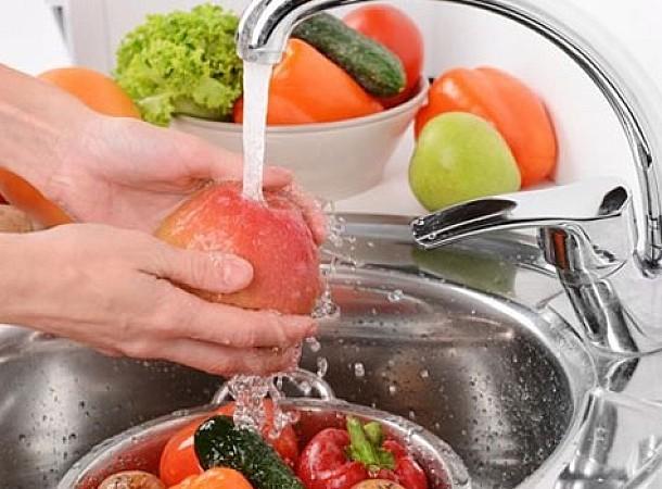 Μην κάνετε ποτέ αυτό πριν πλύνετε φρούτα και λαχανικά