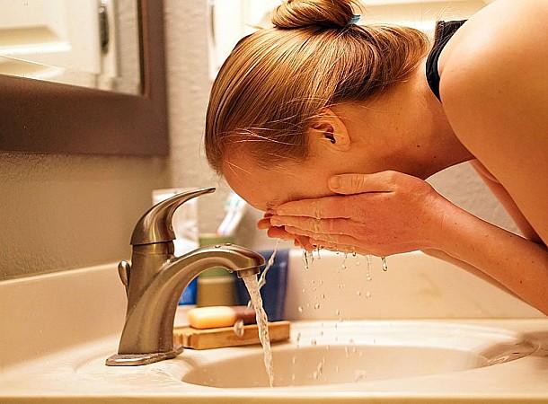 Ξέρεις γιατί πρέπει να πλένεις το πρόσωπό σου με κρύο νερό;