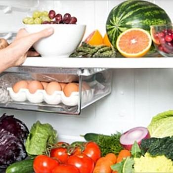 Το τρόφιμο που δεν πρέπει ποτέ να βάζετε δίπλα σε λαχανικά μέσα στο ψυγείο