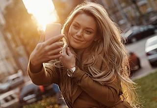 Tρία κόλπα για να βγάζετε καλύτερες selfies
