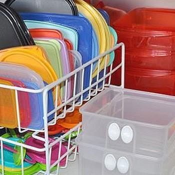 Ο καλύτερος τρόπος για να εξαφανίσετε τους λεκέδες από τα πλαστικά τάπερ σας