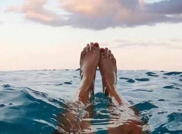Κράμπα στην θάλασσα: Τι κάνουμε αν μας συμβεί όταν κολυμπάμε