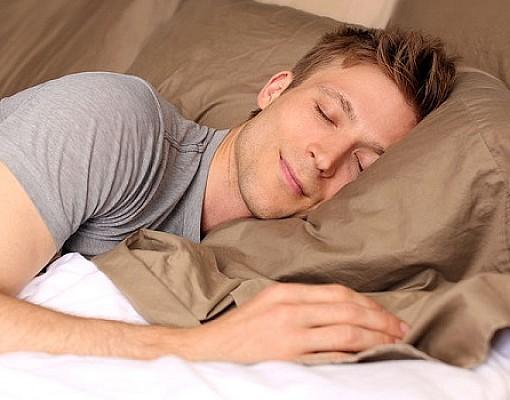 Ύπνος: Ανάσκελα, μπρούμυτα ή στο πλάι; Ποια στάση είναι η καλύτερη;
