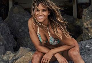 Χάλι Μπέρι: Ποζάρει στα 53 της με μαγιό και εντυπωσιάζει με το γυμνασμένο της κορμί