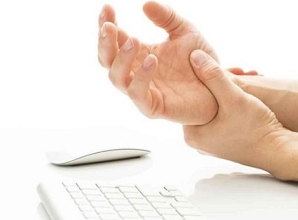 Σύνδρομο καρπιαίου σωλήνα: Ποια δάχτυλα επηρεάζονται – Τι ασκήσεις να κάνετε