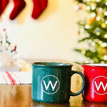 Χριστουγεννιάτικα ροφήματα στο χέρι και στο σπίτι. Μυρωδάτος καφές, αχνιστό τσάι και ζεστή σοκολάτα