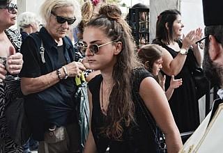Σερβιτόρα στη Μύκονο η κόρη του Μπονάτσου: Στη ζωή χρειάζεται να κάνουμε κάποιες θυσίες