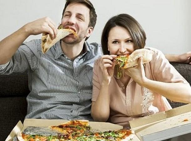 Γιατί οι άνδρες τρώνε παραπάνω όταν συνοδεύονται από γυναίκες;
